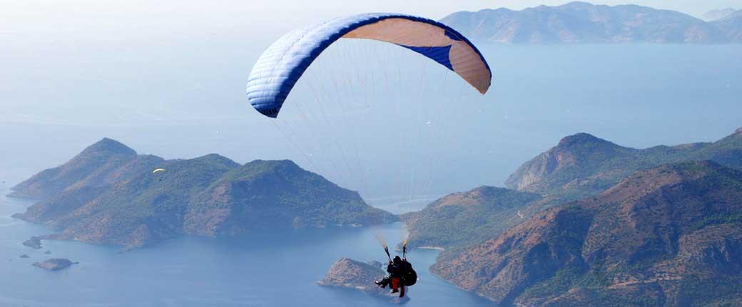 Babadağ'da Paraşütle Atlayan Bir Grup